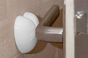 Как правильно подобрать дверной ограничитель