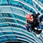 Очистка фасадов зданий промышленными альпинистами